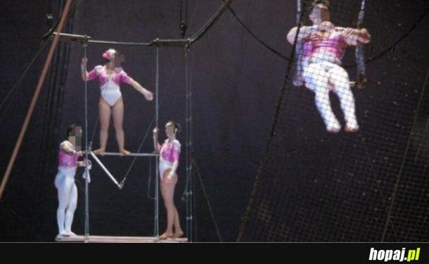 Artystka trapezowa z rozwolnieniem zdefekowała na 23 widzów