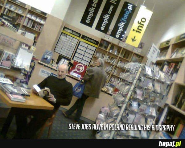 Steve Jobs żyje i czyta o sobie w empiku!